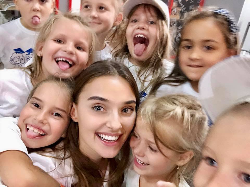Veronika Didusenko Surrounded By Smiling Children From The Young Einsteins Foundation